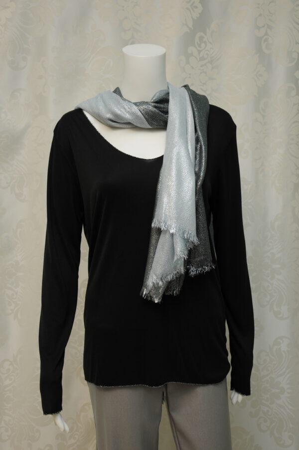 Elegantní lesklá stříbro-černá šála.