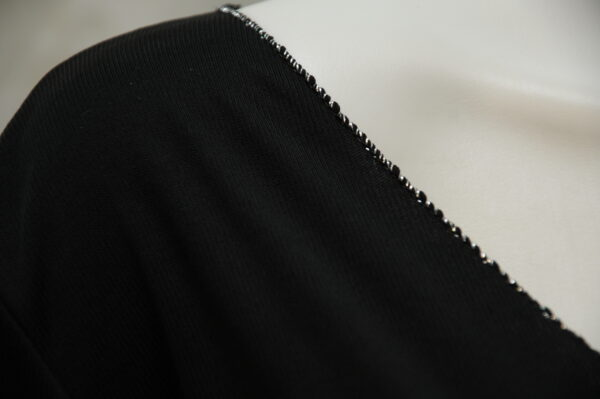 Elegantní italský slabý černý svetřík
