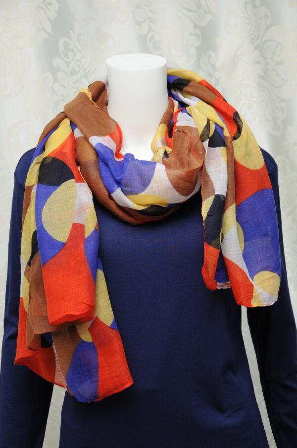 Lehounký šátek s barevnými abstraktními kruhy